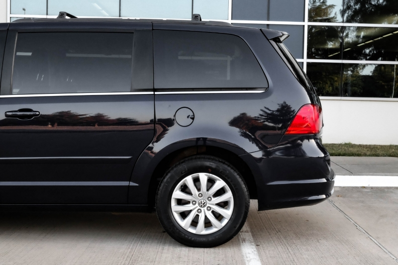 Volkswagen Routan 2014 price $10,990