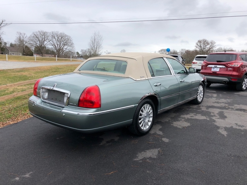 LINCOLN TOWN CAR 2004 price $4,995