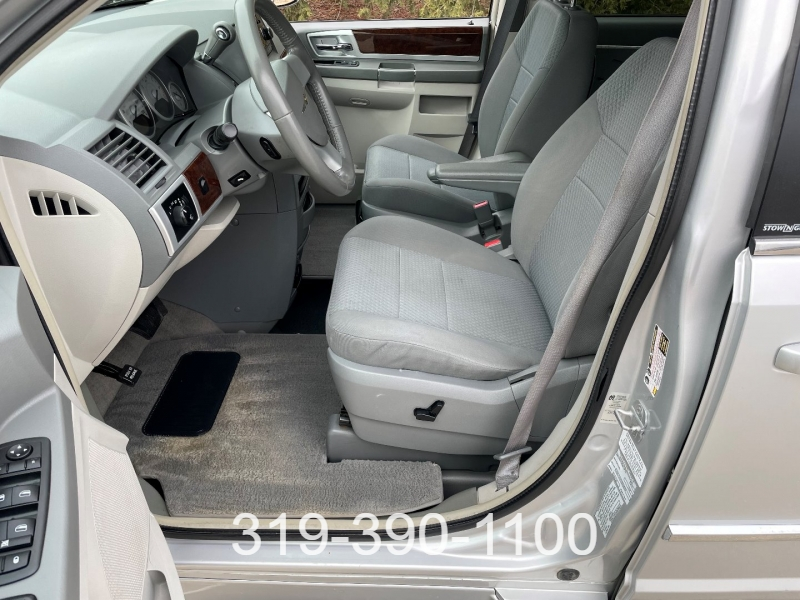 Chrysler Town & Country 2010 price $8,950