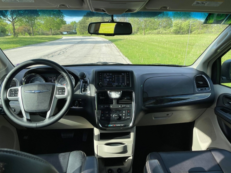 Chrysler Town & Country 2014 price $11,985