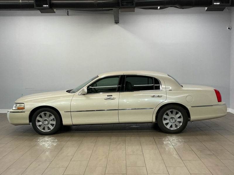 Lincoln Town Car 2003 price $7,700