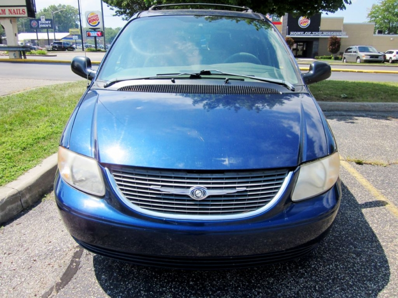 CHRYSLER TOWN & COUNTRY 2003 price $799
