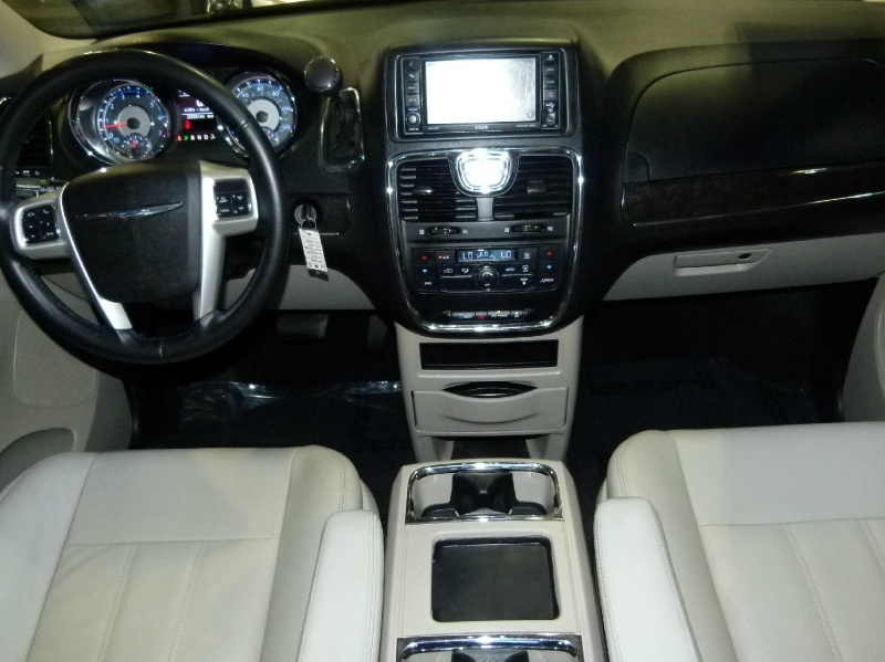 Chrysler Town & Country 2015 price $10,499