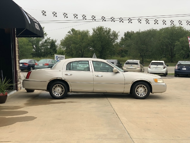 Lincoln Town Car 2000 price $2,998