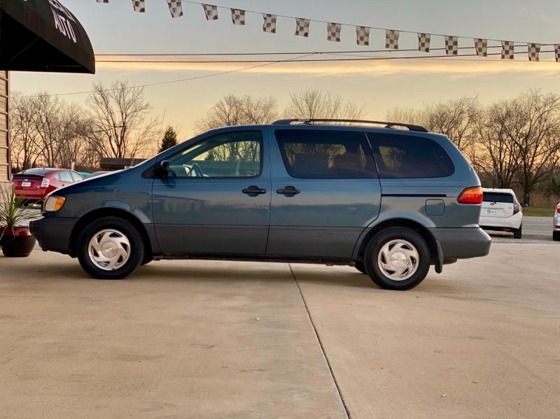 Toyota Sienna 2000 price $2,998
