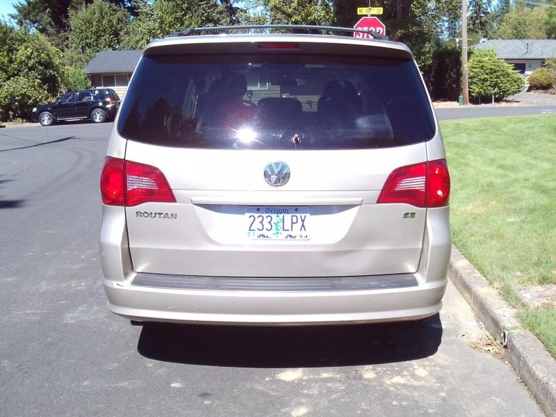 Volkswagen Routan 2009 price $3,995