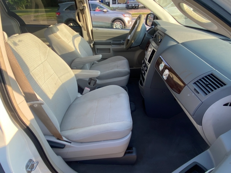 Chrysler Town & Country 2010 price $4,990