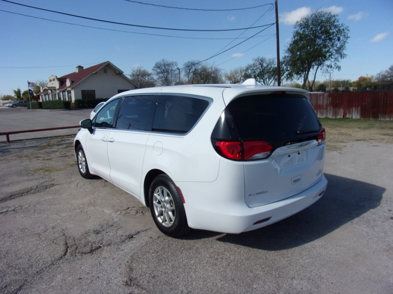 Chrysler Pacifica 2017 price $15,995