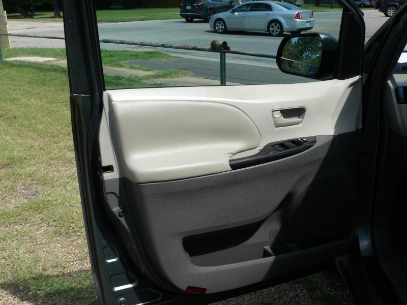 Toyota Sienna 2011 price $10,995