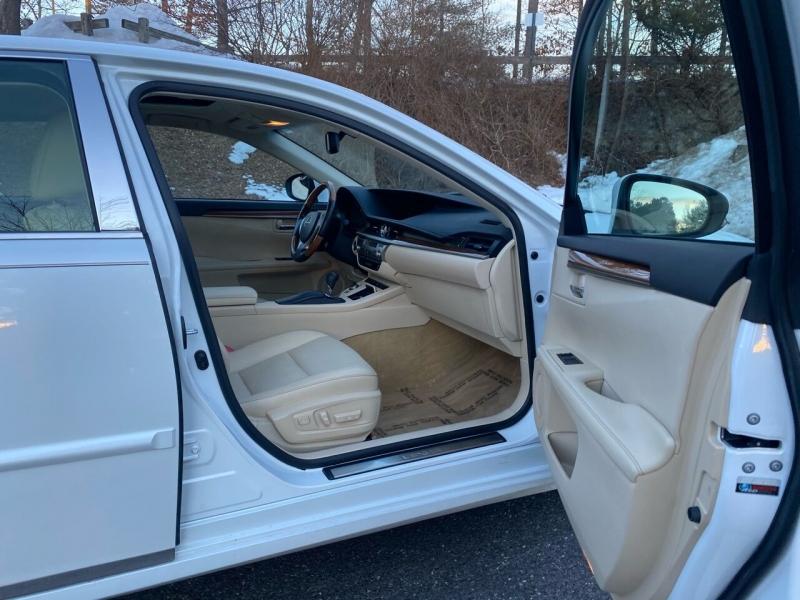 Lexus ES 300h 2013 price $13,497