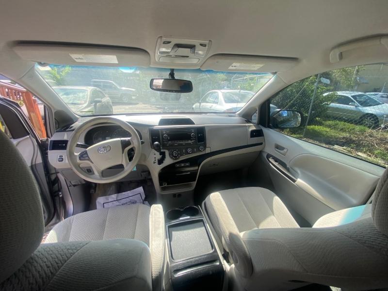 Toyota Sienna 2011 price $9,290