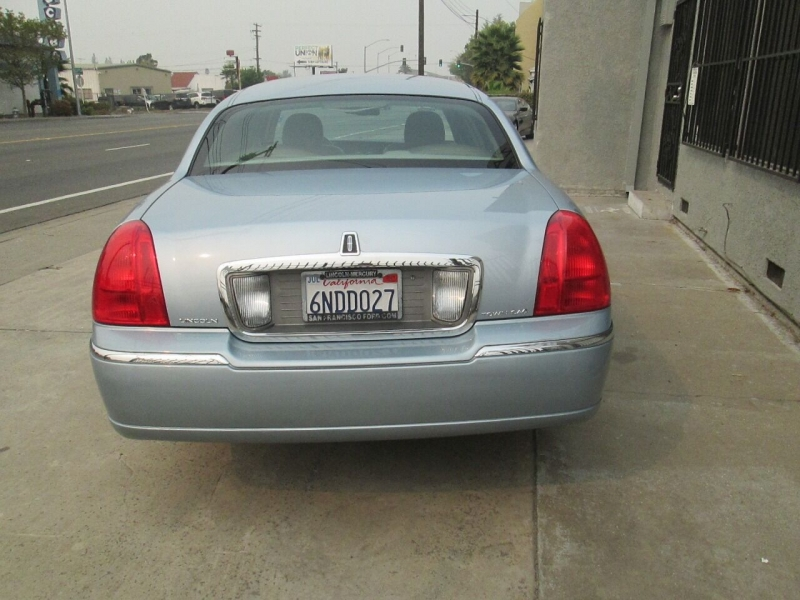 Lincoln Town Car 2010 price $10,980