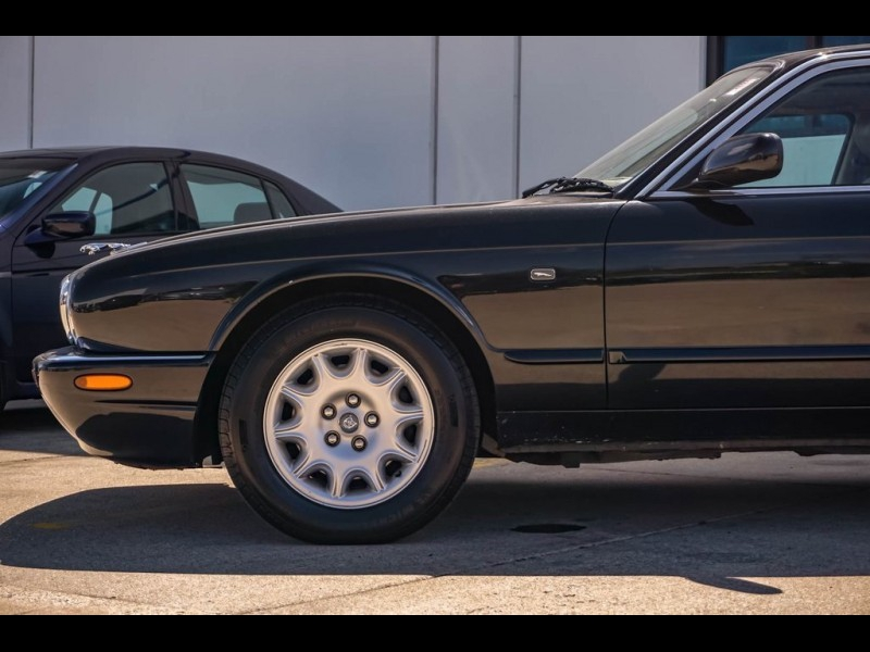 Jaguar XJ8 2001 price $5,980