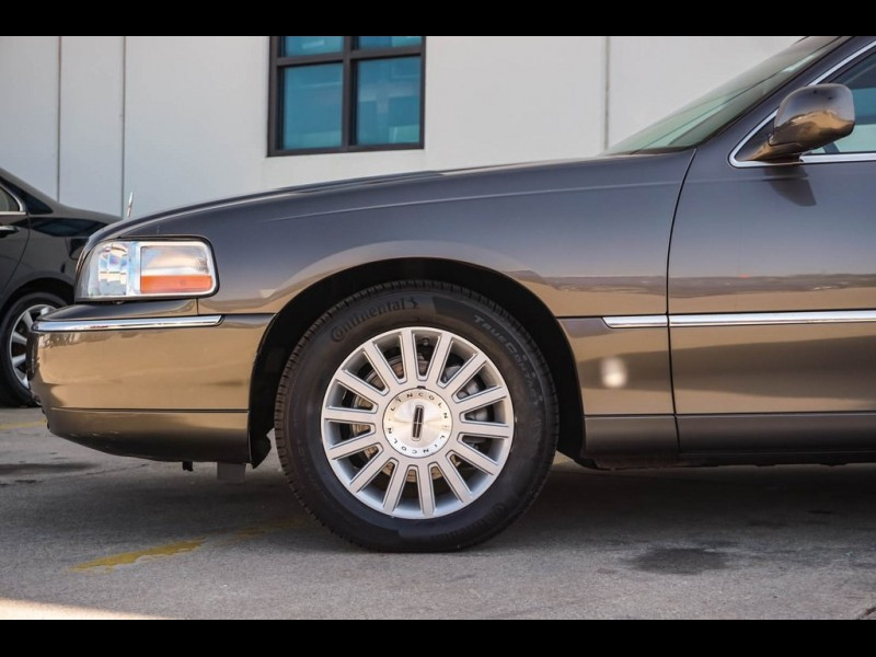 Lincoln Town Car 2003 price $5,990