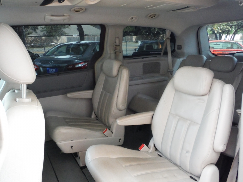 Chrysler Town & Country 2008 price $4,200