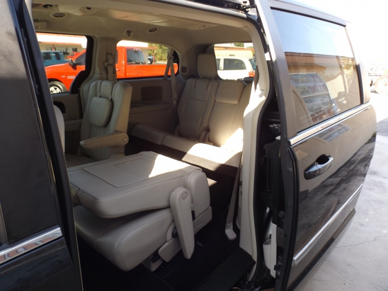 Chrysler Town & Country 2013 price $9,490