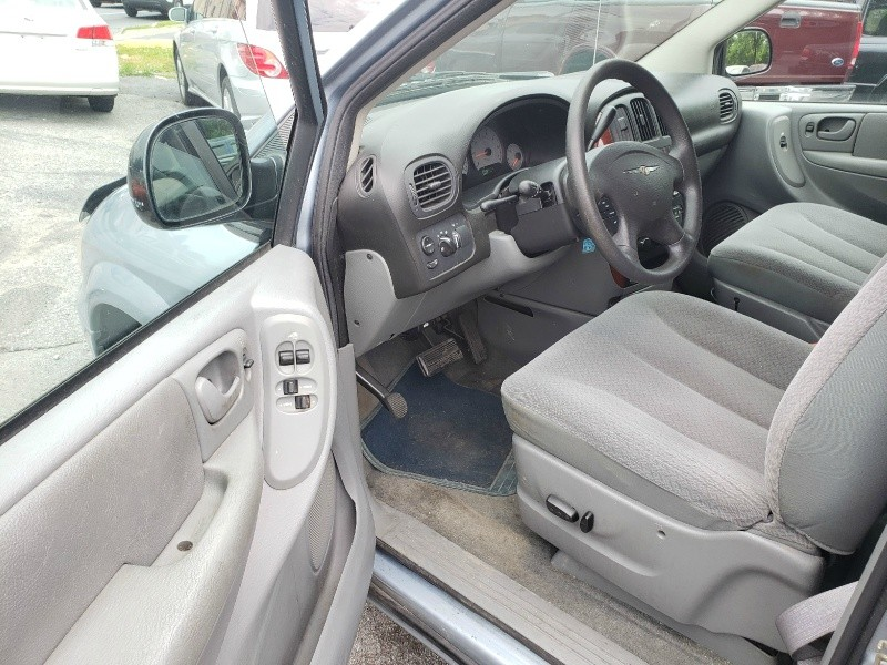 Chrysler Town & Country 2005 price $2,895