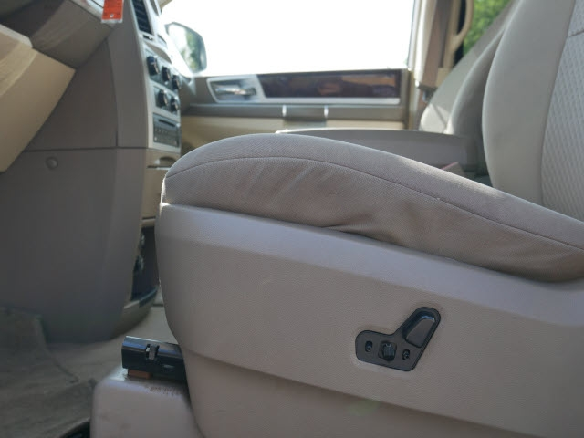 Chrysler Town & Country 2010 price $6,877