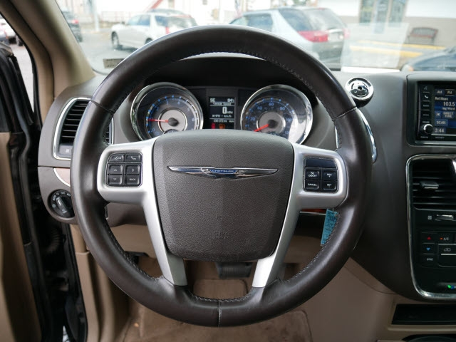 Chrysler Town & Country 2015 price $9,977