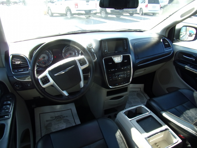 Chrysler Town & Country 2016 price $11,995