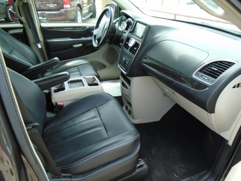 Chrysler Town & Country 2016 price $15,500