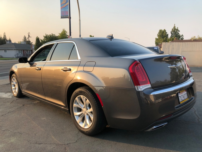Chrysler 300 Limited RWD 2015 price $16,498