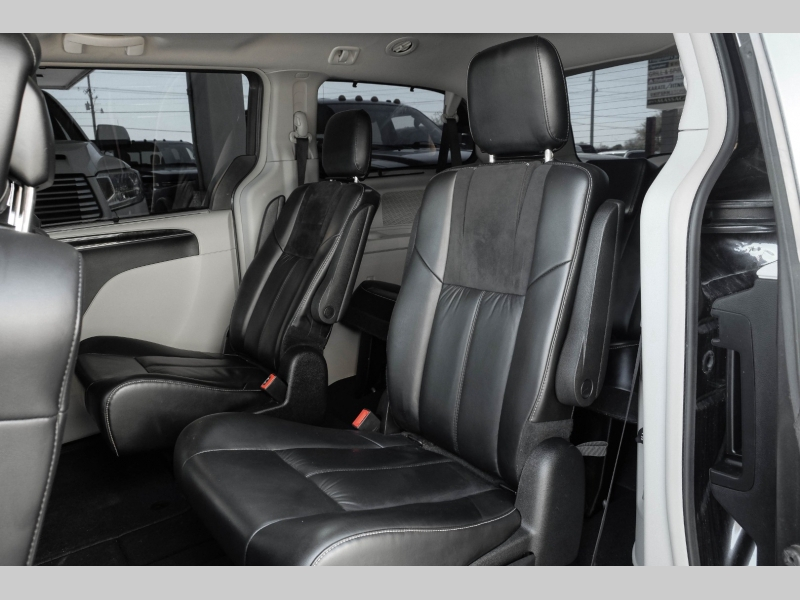 Chrysler Town & Country 2016 price $16,995