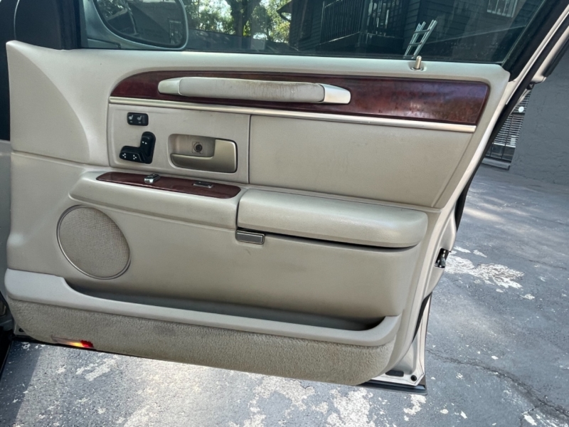 Lincoln Town Car 2003 price $3,990