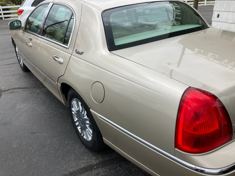 Lincoln Town Car 2010 price $12,995
