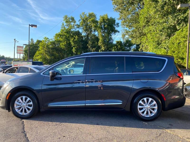 Chrysler Pacifica 2020 price $27,995