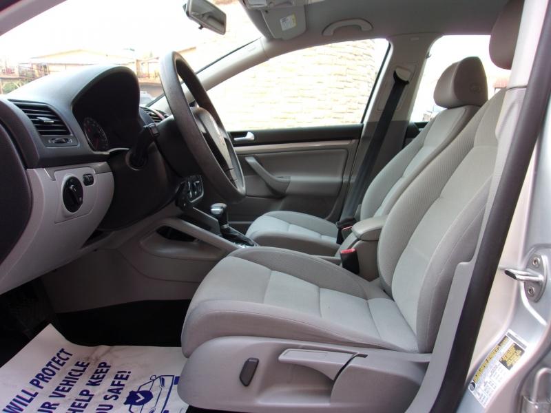Volkswagen Rabbit 2009 price $8,995