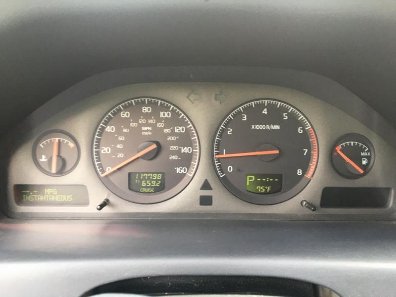 Volvo V70 2001 price $1,600 Cash