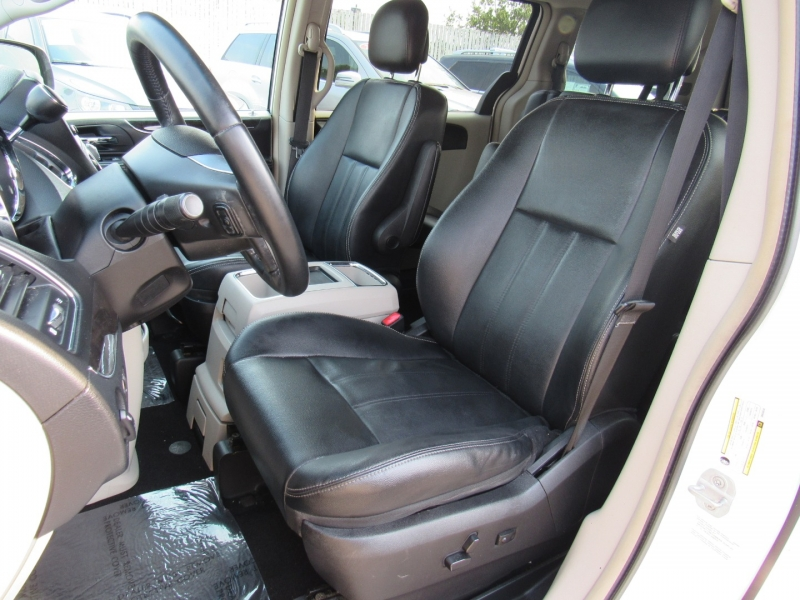 Chrysler Town & Country 2013 price $9,588