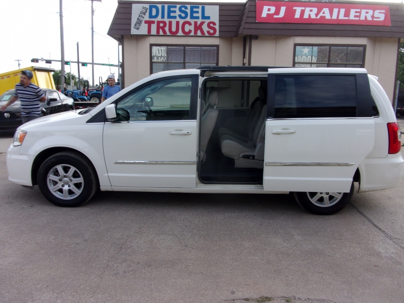 Chrysler Town & Country 2013 price $9,995