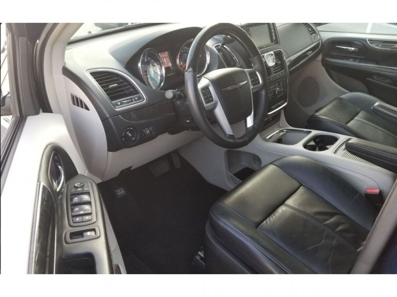 Chrysler Town & Country 2014 price $18,995