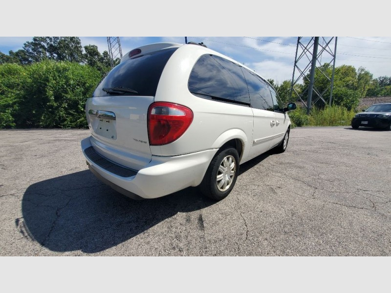CHRYSLER TOWN & COUNTRY 2005 price $2,100
