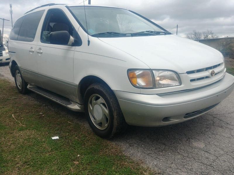 Toyota Sienna 2000 price $3,000
