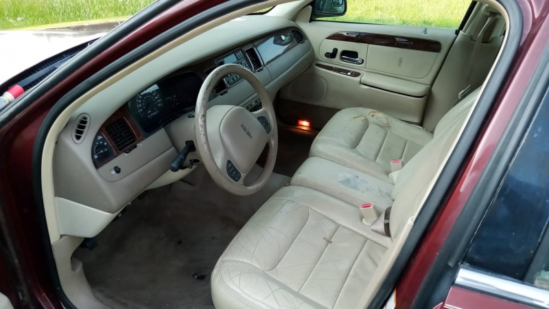 Lincoln Town Car 2000 price $2,500
