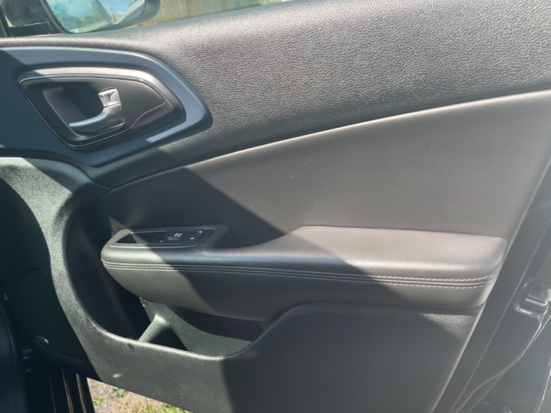 Chrysler 200 2015 price $13,995