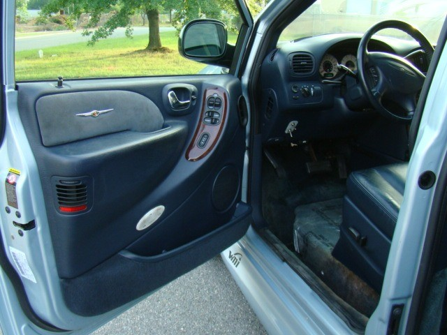 CHRYSLER TOWN & COUNTRY 2001 price $9,700