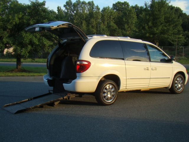 CHRYSLER TOWN & COUNTRY 2004 price $10,500