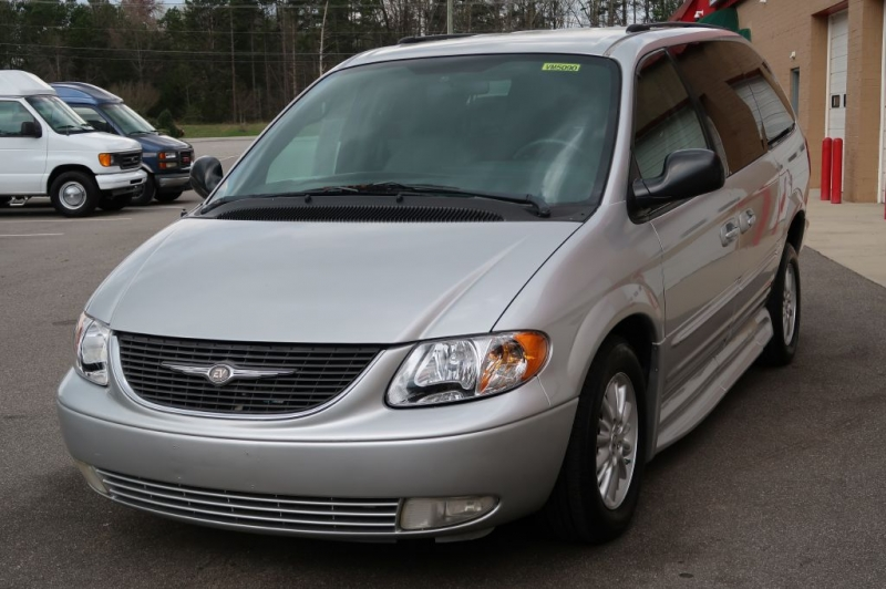 CHRYSLER TOWN & COUNTRY 2004 price $16,900