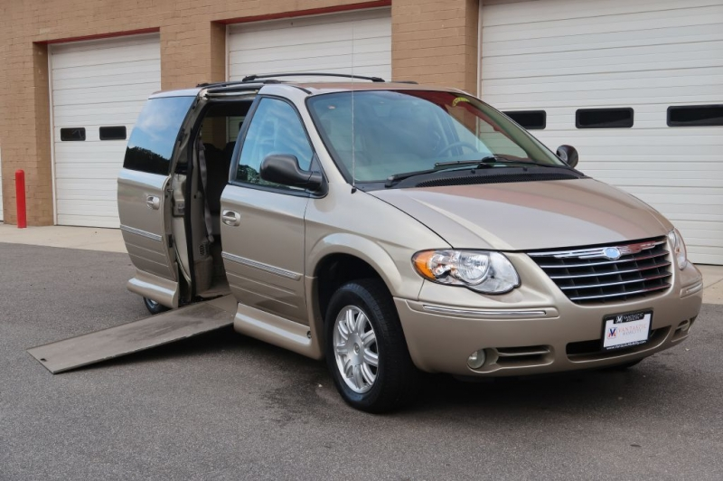 CHRYSLER TOWN & COUNTRY 2007 price $24,995