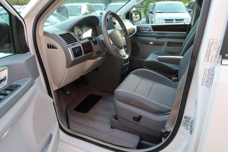 CHRYSLER TOWN & COUNTRY 2009 price $28,750