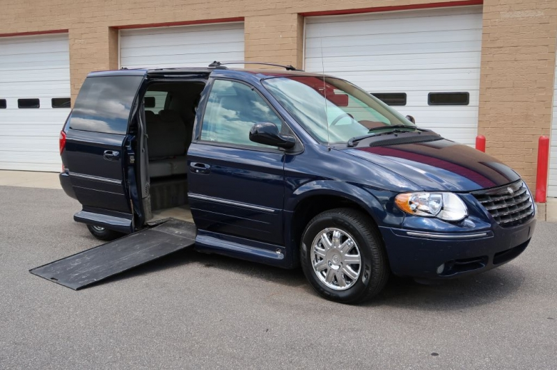 CHRYSLER TOWN & COUNTRY 2005 price $11,900