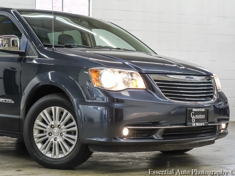 Chrysler Town & Country 2013 price $9,555