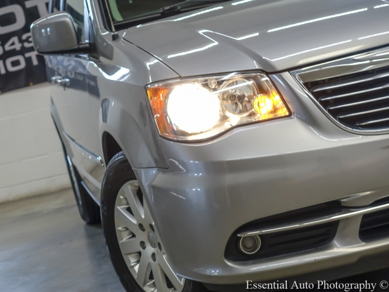 Chrysler Town & Country 2016 price $13,998