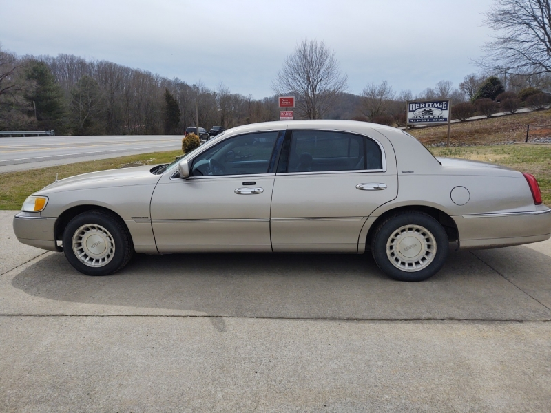 Lincoln Town Car 2002 price $4,500