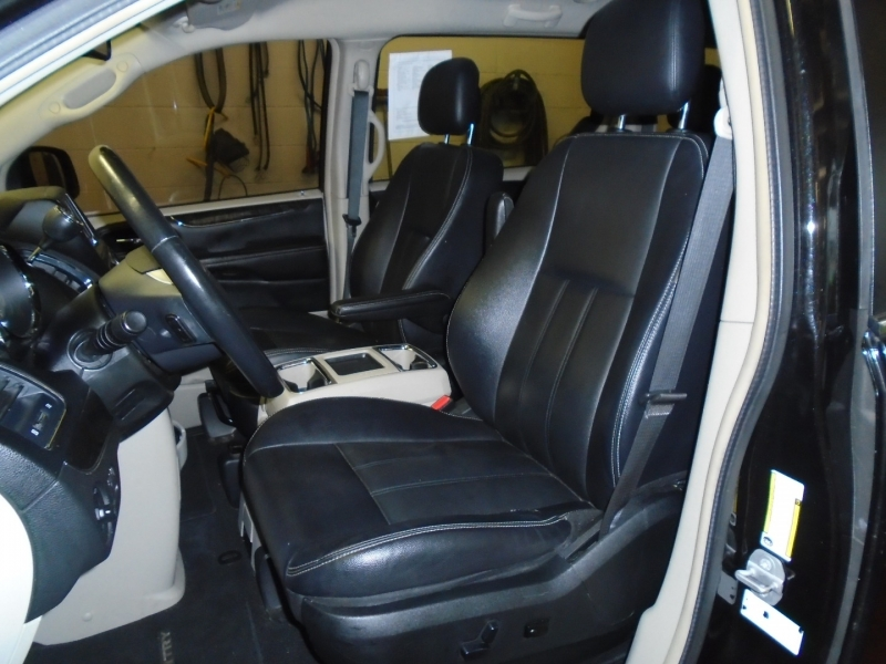 Chrysler Town & Country 2014 price $9,499
