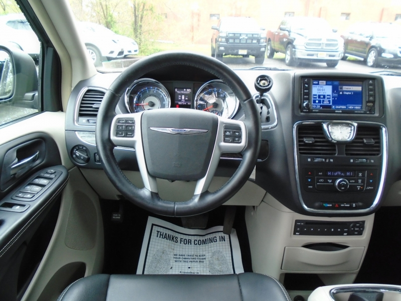 Chrysler Town & Country 2012 price $10,499